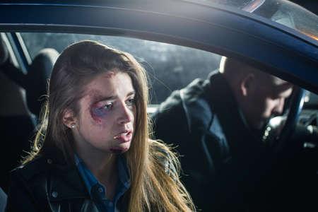 passeggero ferito seduto in macchina con l'autista inconsapevole