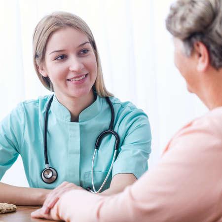 consulta m�dica: Imagen de paciente de edad avanzada durante la consulta m�dica en casa