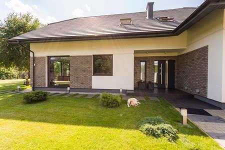 Außenansicht einer neuen Design-Villa mit Garten