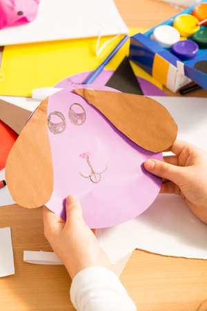 lapin silhouette: Work of art in rabbit shape kept by kids hands Banque d'images