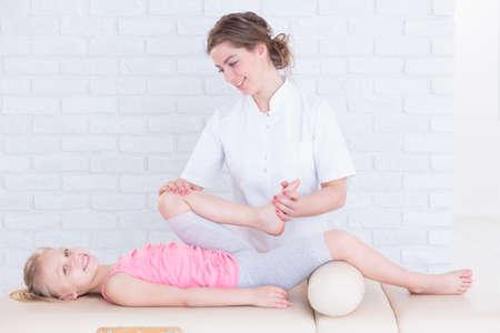 Physiotherapie für Beinschmerzen in eine Physiotherapie-Praxis Kind Standard-Bild - 61115094
