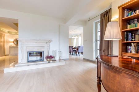 davenport: Vast fireplace room with panelled flooring and a classic escritoire in the first ground Stock Photo
