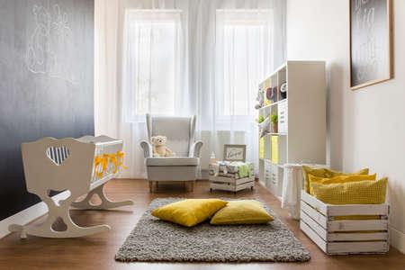 乳幼児: 白いシンプルな家具と素敵なトレンディな保育室
