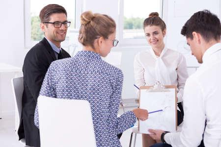 circulo de personas: Foto de la gente de negocios elegante que se sienta en el círculo y discusiones sobre el proyecto Foto de archivo