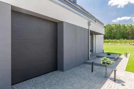 차고 문 및 현대 집의 차도 근접 스톡 콘텐츠