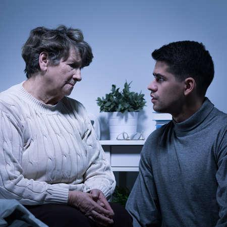 apoyo familiar: Imagen de alto nivel con la enfermedad mortal y apoyo a la familia