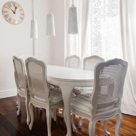 muebles de madera: Blanca romántica habitación de comedor con muebles de madera delicada
