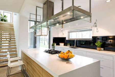 Cocina moderna blanca en la espaciosa casa de diseño de moda
