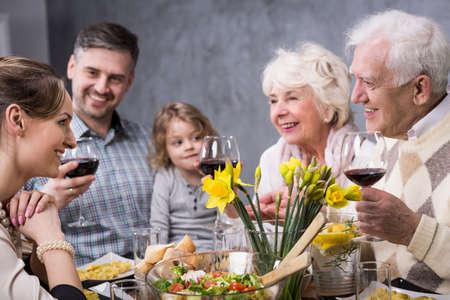 Tres generaciones de la familia están involucrados en una discusión durante la cena familiar