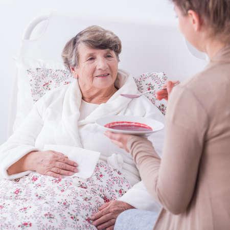 señora mayor: Foto de la nieta de ayudar a su abuela enferma discapacitados
