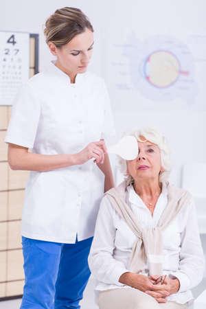 oculist: Mujer oculista y la alta prueba de ojo que tiene Foto de archivo