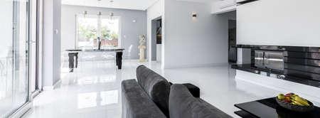 Shot van een ruime woonkamer in combinatie met een eethoek, ontworpen in heldere kleuren