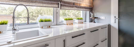 현대 주방 인테리어에 흰색 수조의 근접 촬영 쐈어 스톡 콘텐츠