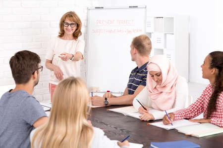 Multikultureller Sprachunterricht und positiv reifer Lehrer Standard-Bild