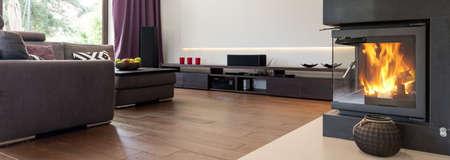 Grand salon avec canapé en cuir et cheminée
