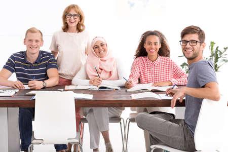 熟女教師とコースの中にさまざまな国籍の人々 のグループ 写真素材