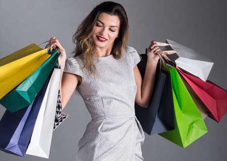 젊은 아름 다운 쇼핑 및 지출 중독