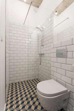 ceramica: Cuarto de baño moderno con las paredes decoradas con azulejos blancos ladrillo-y asemeja a cabinas de ducha de vidrio