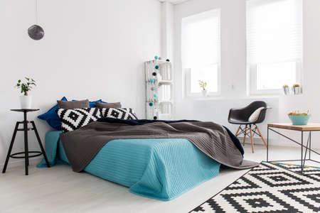 심플하면서도 영감을주는 장식으로 밝게 빛나는 넓은 침실의 코너