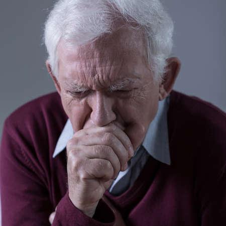 tosiendo: Vista vertical de toser enfermo del hombre mayor Foto de archivo