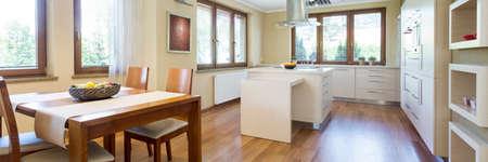 Disparo de un interior de la cocina abierta combinada con una zona de comedor