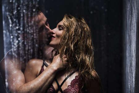Gelukkige erotische paar kussen en omhelzen in de douche
