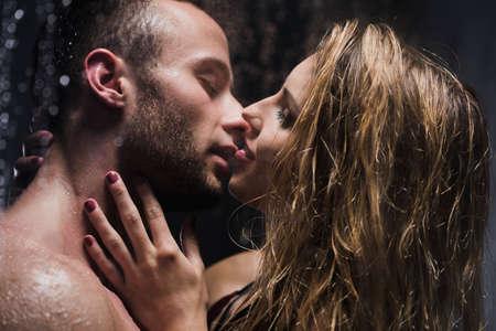 Imagen de una hermosa joven pareja besándose en la ducha Foto de archivo - 61937128