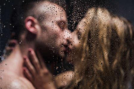 샤워에 키스하는 섹시한 쌍의 이미지가 흐려짐