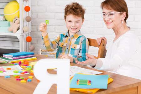 soustředění: Mladý chlapec a jeho terapeut během terapie
