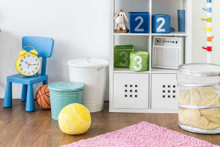 Fragment van van een veelkleurige speelruimte voor kinderen met speelgoed en storage-oplossingen Stockfoto