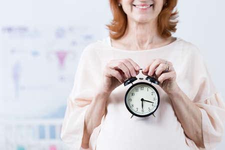 男性の体内時計刻 々 と過ぎ-陽気な妊婦熟女
