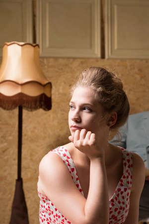 psique: mirar fijamente joven rubia en un punto en el centro de la terapia entre