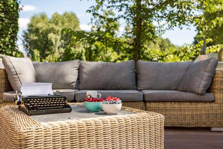 Imagen de un sofá de mimbre y mesa de café al aire libre Foto de archivo