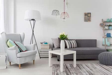 Delicate moderne inrichting idee in het wit vrouwelijke kamer Stockfoto