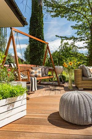 Neuer Villa Patio mit Gartenschaukel, kleiner Hocker und Holzboden