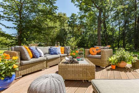 Patio de villa spacieux avec ensemble de meubles en rotin élégant et confortable