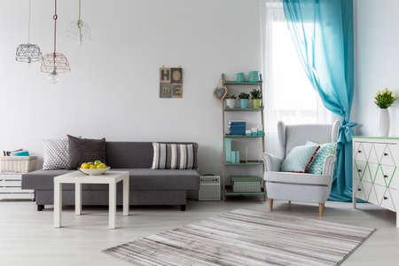Decorative sistemazione in camera femminile in spazioso monolocale