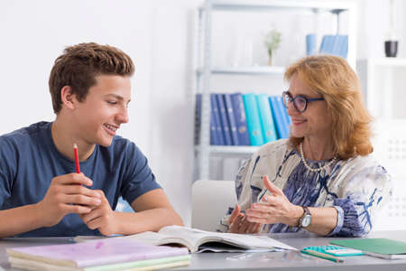 Ältere Lehrer geben Privatunterricht zu einem Teenager