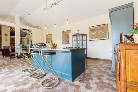 Moderne lichte keuken met kookeiland in het midden royalty vrije