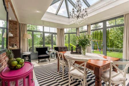 Glas elegante luchter in creatieve serre of veranda