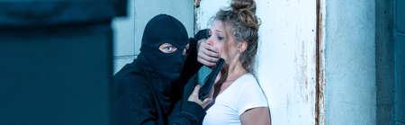 kidnapper: Aggressive gunman wants to kill young woman