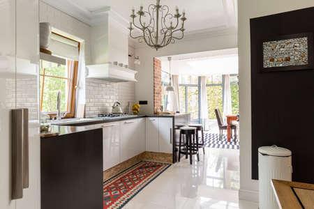 創造的なインテリア郊外の白と黒のモダンなキッチン