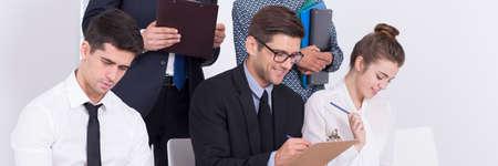 acoso laboral: Grupo de personas concentradas haciendo tareas durante la primera etapa de la contrataci�n