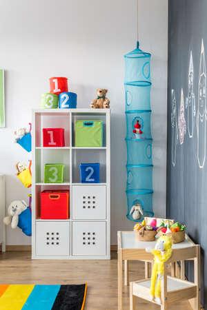 adn: Reproducción de la zona en una habitación infantil con juguetes de peluche del ADN de mesa de madera con la silla para un niño