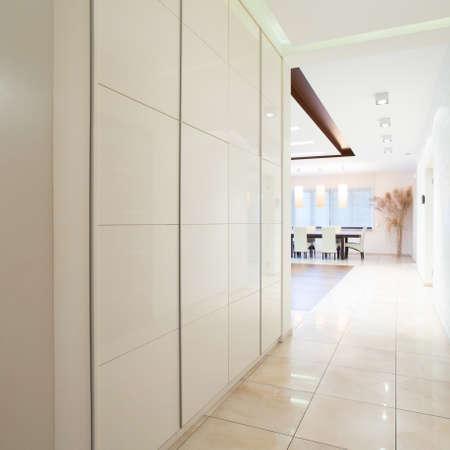 ワードローブをスライディングが白くて長い廊下