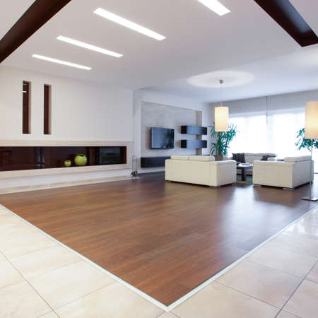 Photo of enormous house with spacious bright living room 版權商用圖片