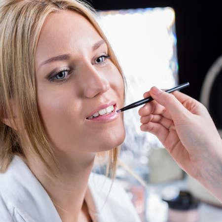 Portrait der Schönheit Braut während der Hochzeit Make-up Standard-Bild