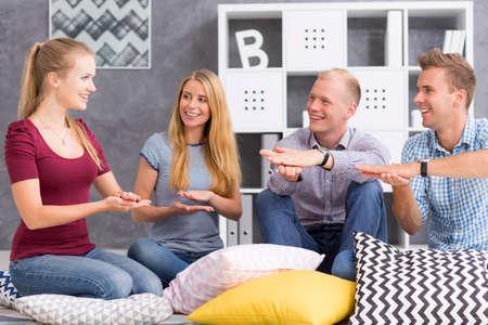 idiomas: Grupo de jóvenes que estudian una lengua de signos Foto de archivo