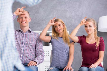 Groupe de jeunes tenant leurs mains dans un geste personne