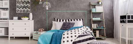 Schlafzimmer Interieur in den Farben Cyan mit Ehebett und weißen Verzierungen